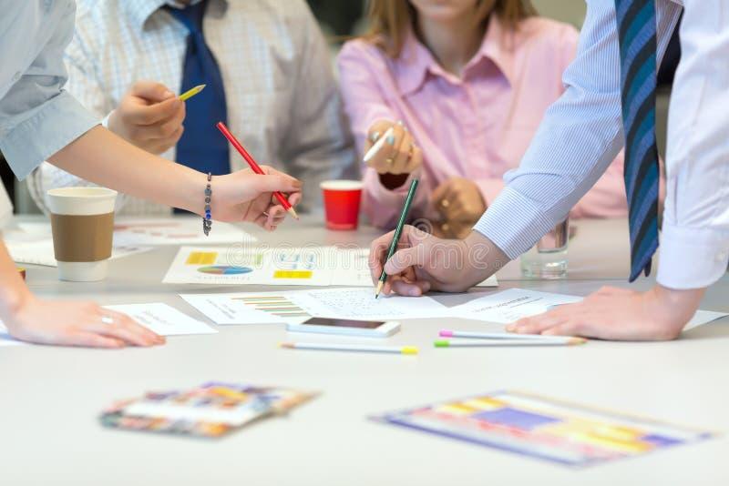 Объединяйтесь в команду концепция дела работы - люди обсуждая данные по представления стоковая фотография rf