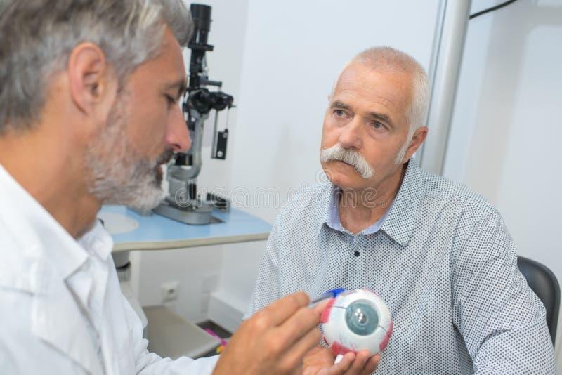 Объяснение о заболевании глаза к пациенту стоковое фото rf