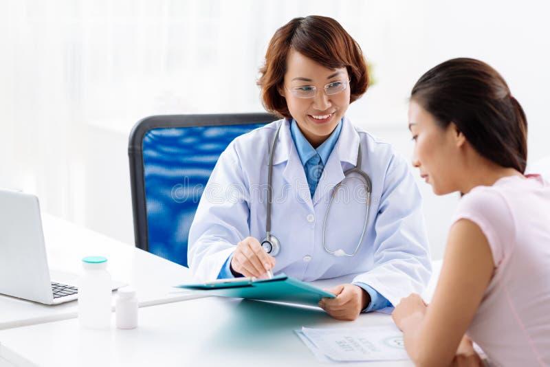 Объяснять медицинские анализы стоковые фотографии rf