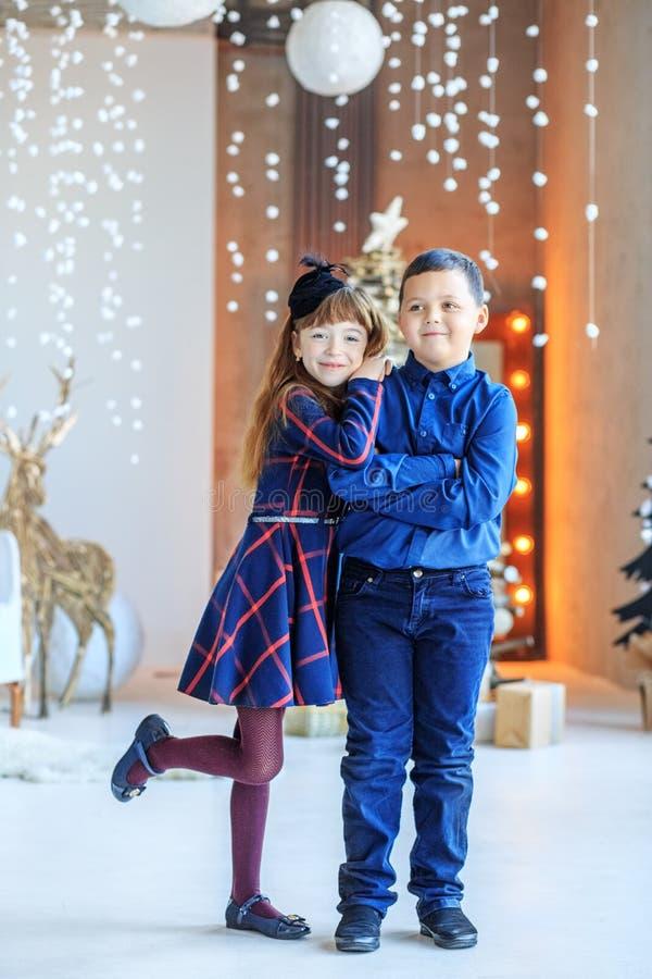 Объятие детей белизна сестры предпосылки изолированная братом Счастливого рождества концепции, новый y стоковое фото