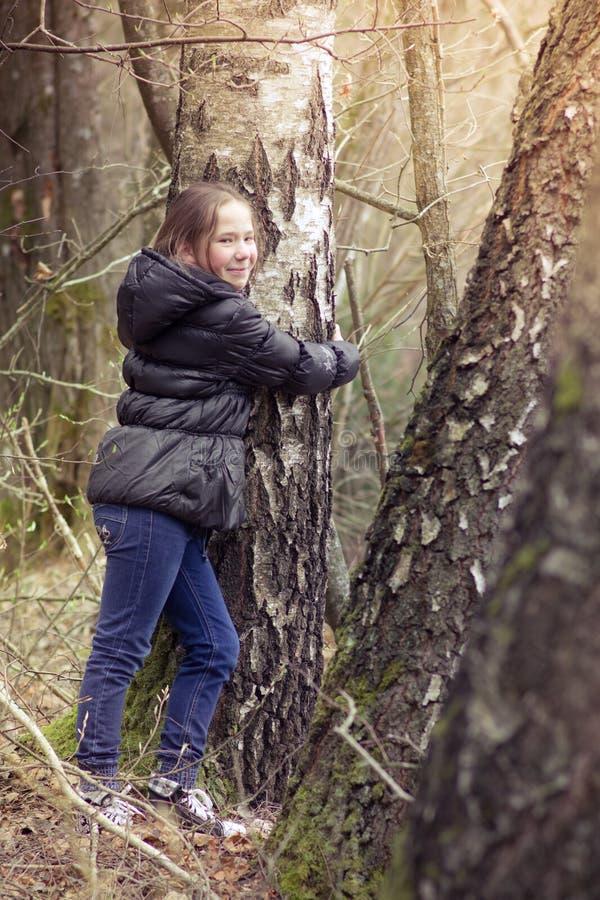 Объятие девушки дерево стоковая фотография rf