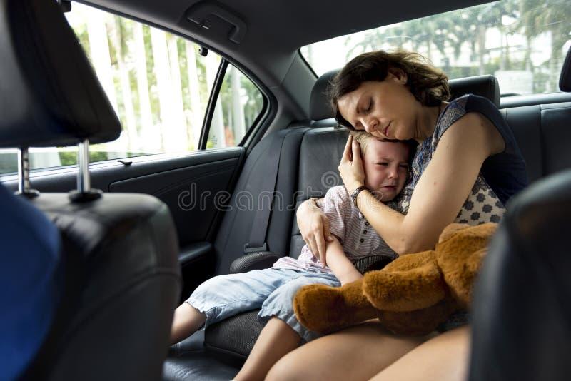 Объятие матери и утешать плакать мальчика стоковая фотография rf