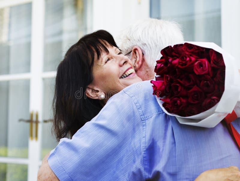 Объятие старшей влюбленности пар сладостное стоковое фото rf