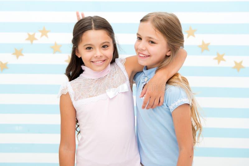 Объятия лучших другов детей девушек принципиальная схема детства счастливая Ягнит preteens школьниц счастливые совместно Приятель стоковые изображения rf