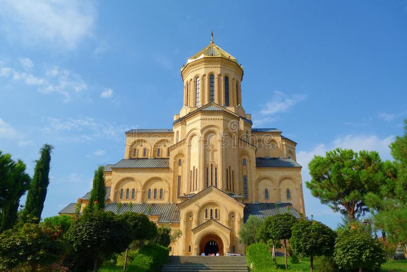 Обыкновенно известный собор святой троицы Тбилиси по мере того как Sameba главный собор грузинской православной церков церков рас стоковая фотография rf