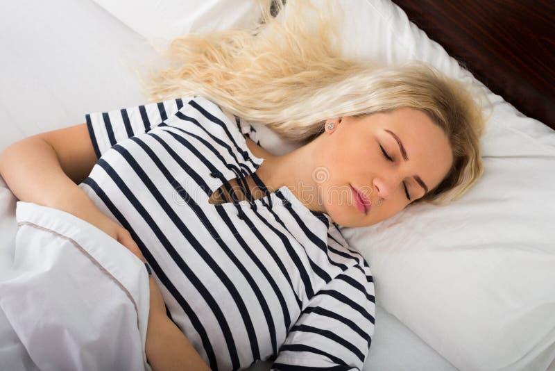 Обычная женщина принимая ворсину в спальне стоковые изображения