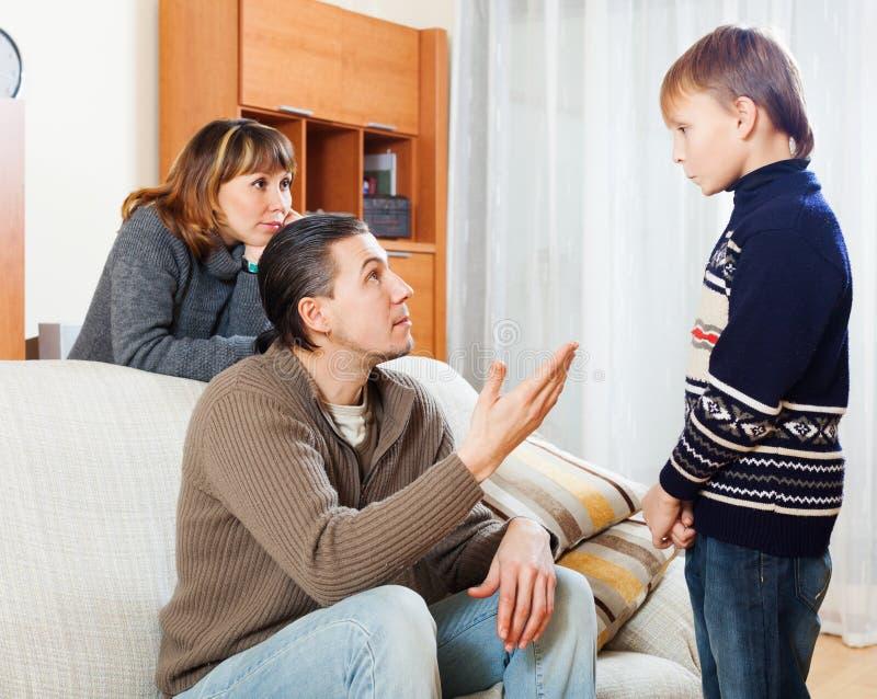 Обычные родители ругая сына подростка стоковая фотография