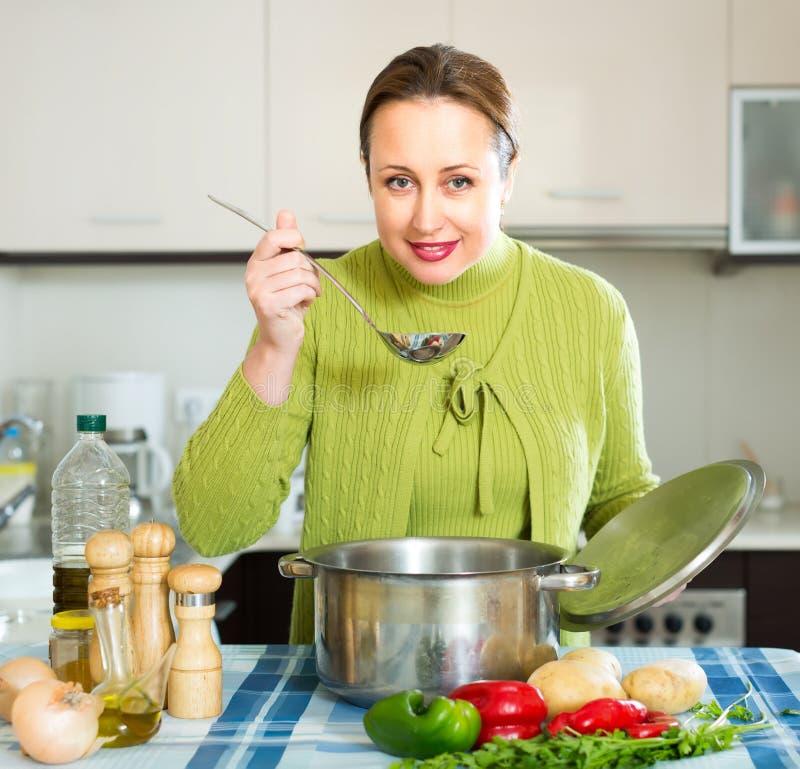 Обычный суп дегустации женщины стоковые изображения rf