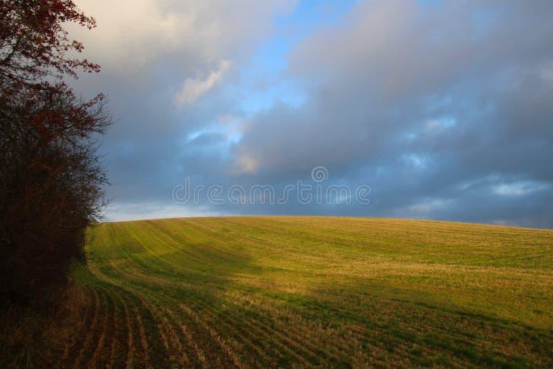 Облака вечера над холмом стоковое изображение