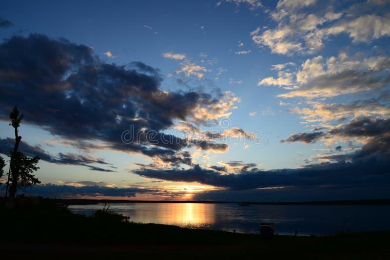 Облака в форме птицы на заходе солнца стоковые изображения rf