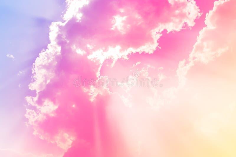 Облака в whit голубого неба излучают свет стоковое изображение rf