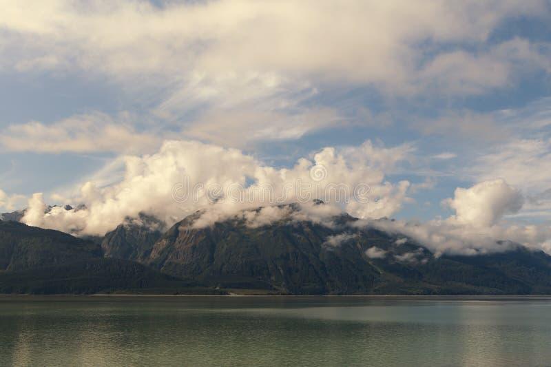 Download Облака и горы стоковое фото. изображение насчитывающей albacore - 33734572