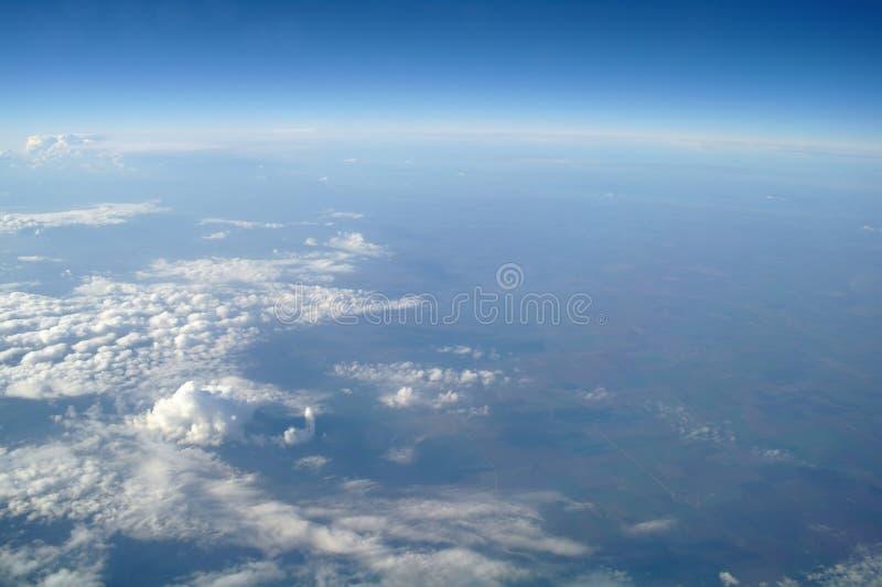 Облака и голубое небо увиденные от самолета стоковые изображения rf