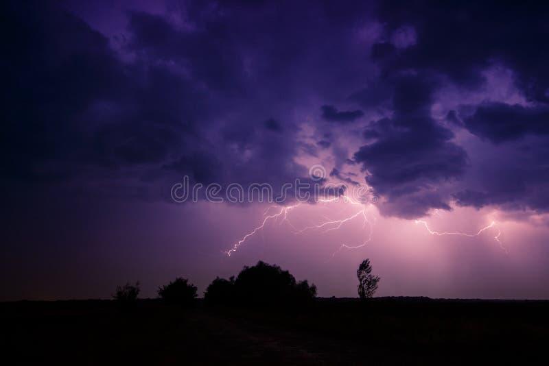 Облака и молнии и шторм грома стоковая фотография rf