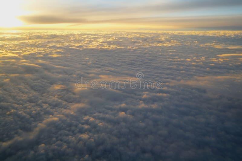 Облака и небо увиденные от самолета стоковые фотографии rf