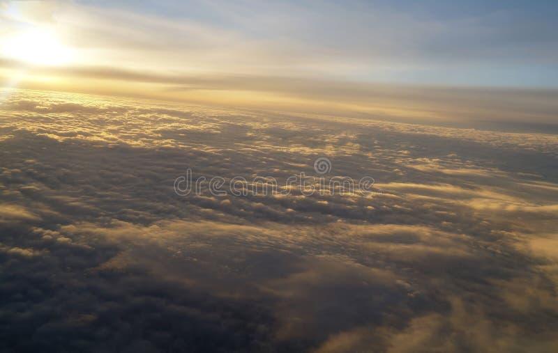 Облака и небо увиденные от самолета стоковые изображения rf