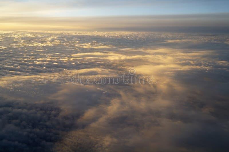 Облака и небо увиденные от самолета стоковое фото