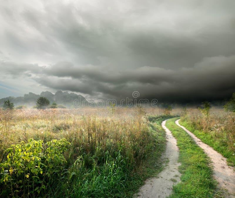 Download Облака и дорога шторма стоковое изображение. изображение насчитывающей бобра - 33729959