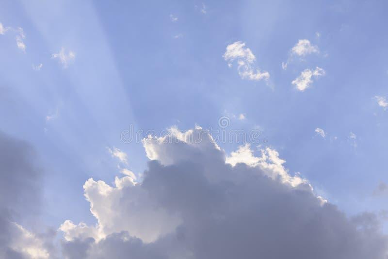 Облака и текстура предпосылки голубого неба с Рэй света стоковая фотография