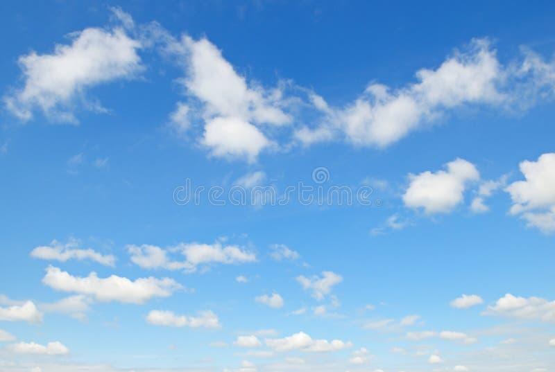Облака кумулюса в голубом небе стоковая фотография