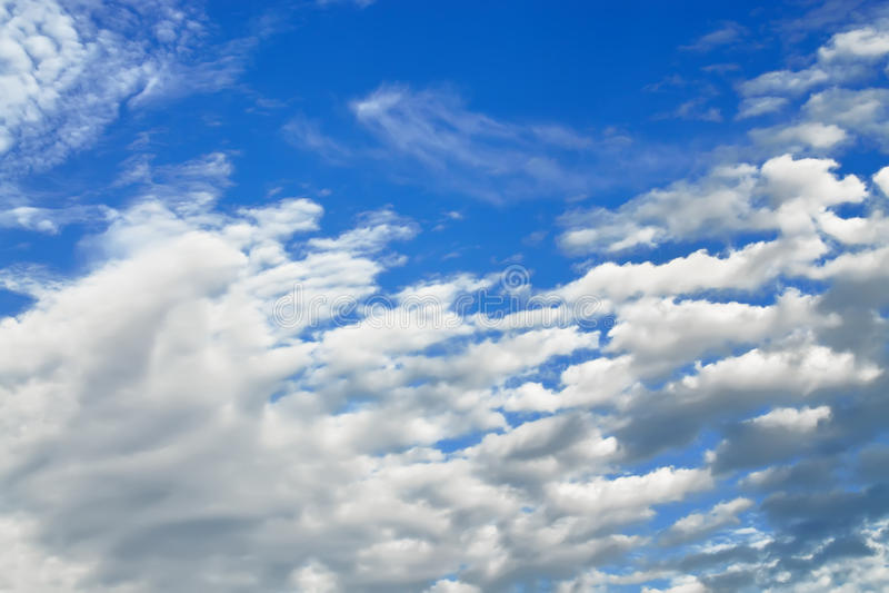 Облака кумулюса летают через небо стоковые фото