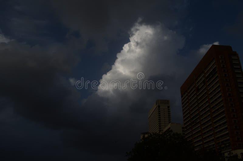Облака муссона, над зданиями Мумбая стоковое фото