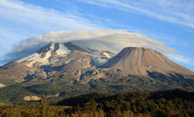 Облака над держателем Shasta стоковое фото