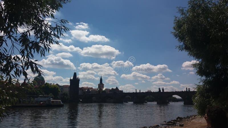 Облака над Карловым мостом в Праге стоковая фотография