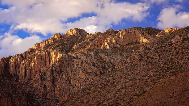 Облака над пиками на национальном парке гор Guadalupe - Тим стоковая фотография rf