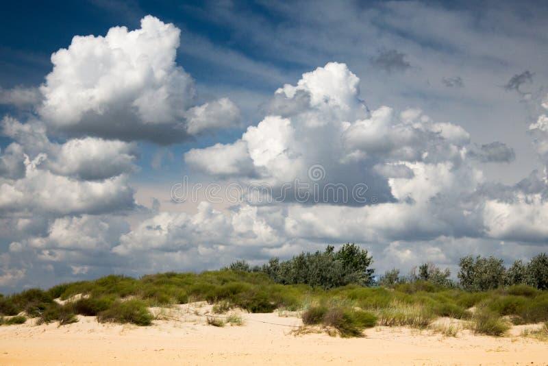 Облака над пляжем стоковые изображения
