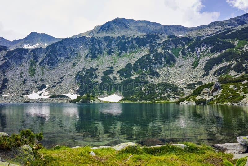 Облака над Banderitsa удят озеро, гору Pirin стоковое фото