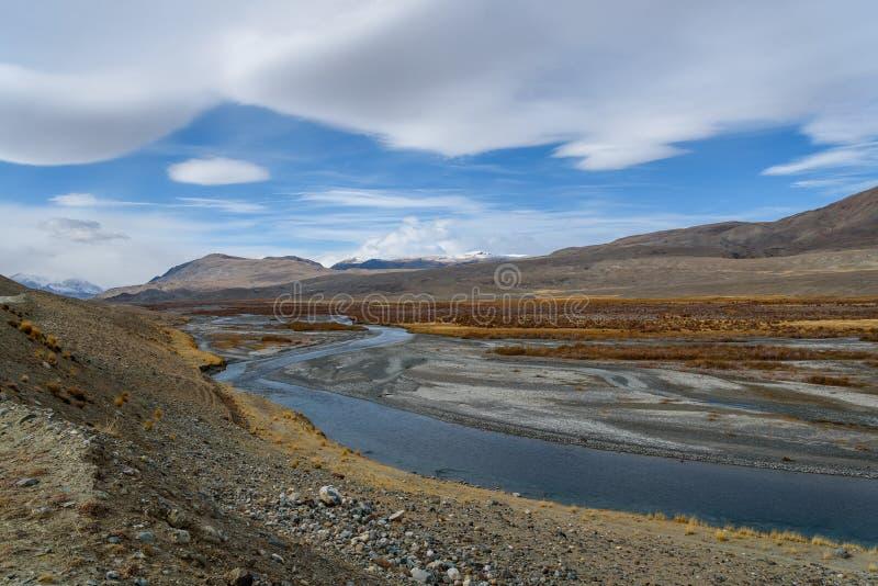 Облака неба дороги реки гор стоковые фото