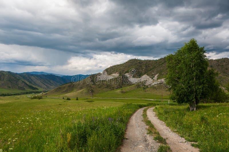 Облака дороги луга долины горы стоковые фото
