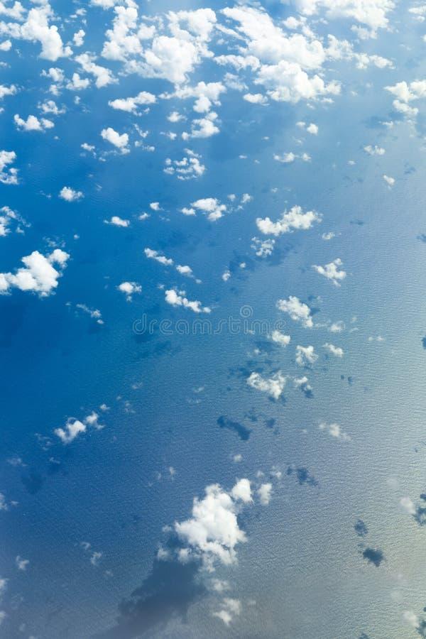 Облака от плоского окна стоковые изображения rf