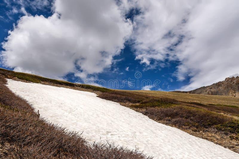 Облака пика снега горы стоковые фото