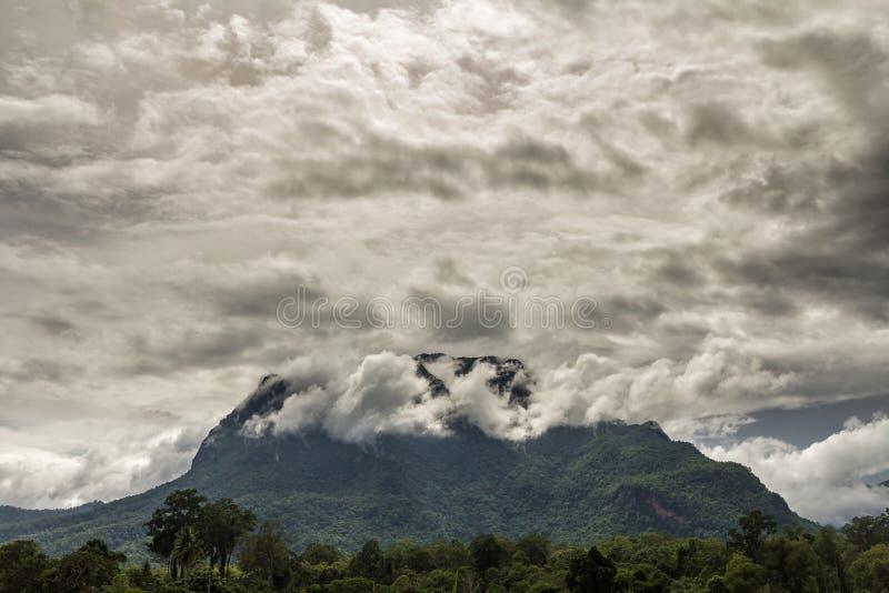 Облака покрывают гору стоковое фото rf