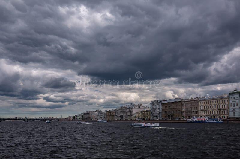 Облака Санкт-Петербурга над рекой Neva в лете стоковое фото