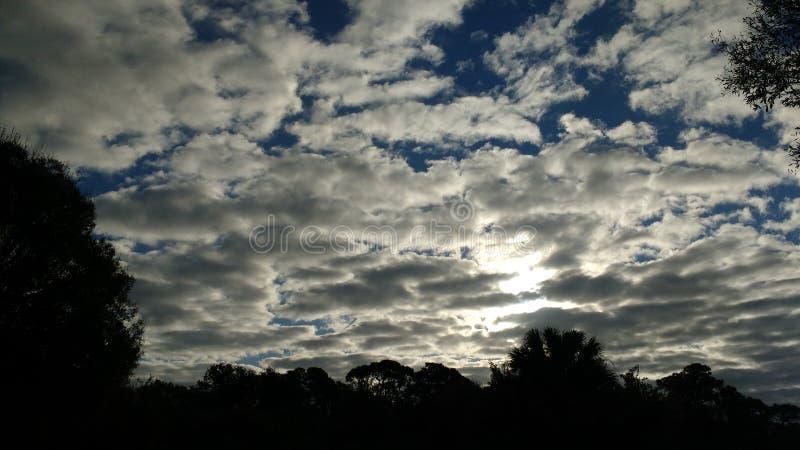Облака сразу после восхода солнца стоковые изображения