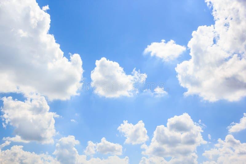 Download Облака с предпосылкой голубого неба Стоковое Фото - изображение насчитывающей сценарно, sunlight: 81804410