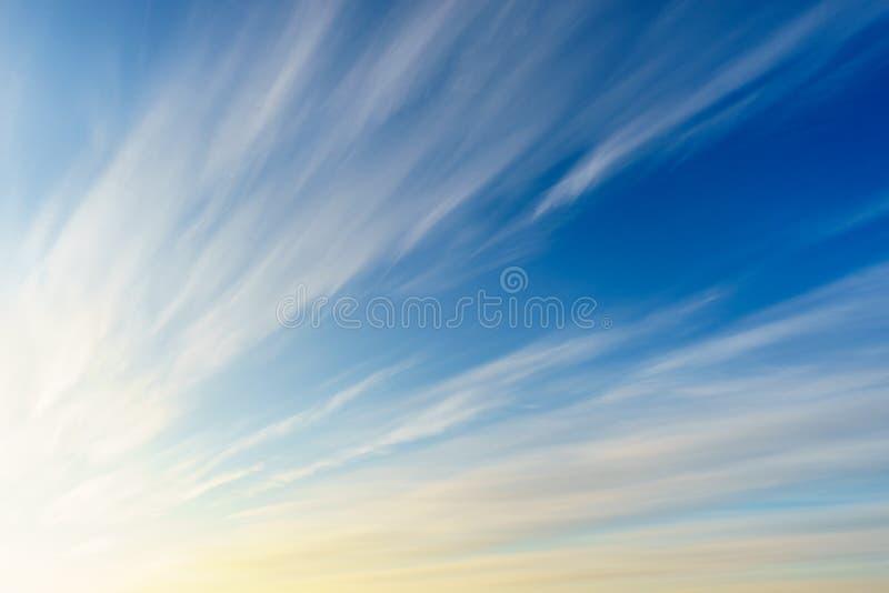 Облака цирруса на голубом небе стоковые изображения rf