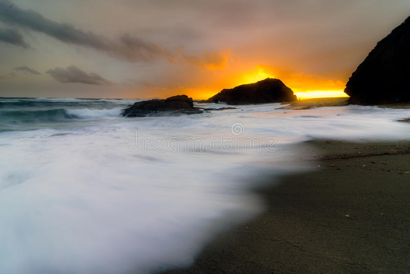 Облака шторма в пляже Laguna, CA стоковое изображение