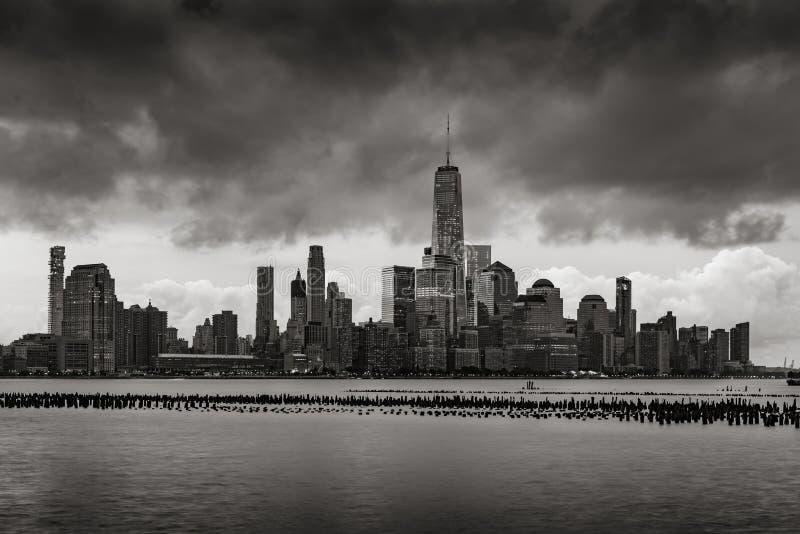 Облака шторма над более низкими небоскребами Манхаттана в черной & белом город New York стоковые фото