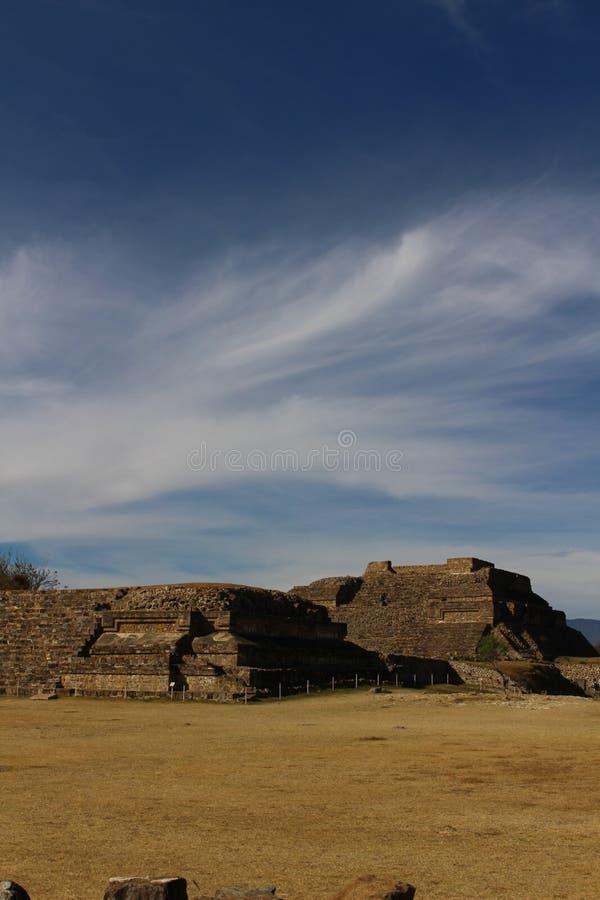 Облака Whispy над мексиканскими руинами стоковое фото rf