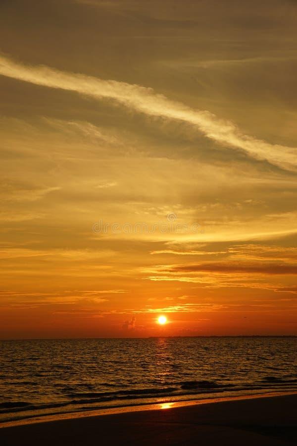 Облако жизни пляжа моря Флориды захода солнца красивое красное стоковая фотография rf