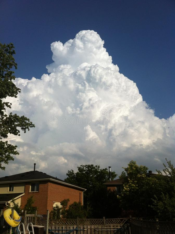 Облако и дом стоковое изображение rf