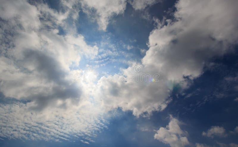 Облако и солнечный свет неба стоковая фотография