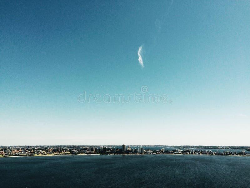 Облако над рекой лебедя стоковое изображение rf