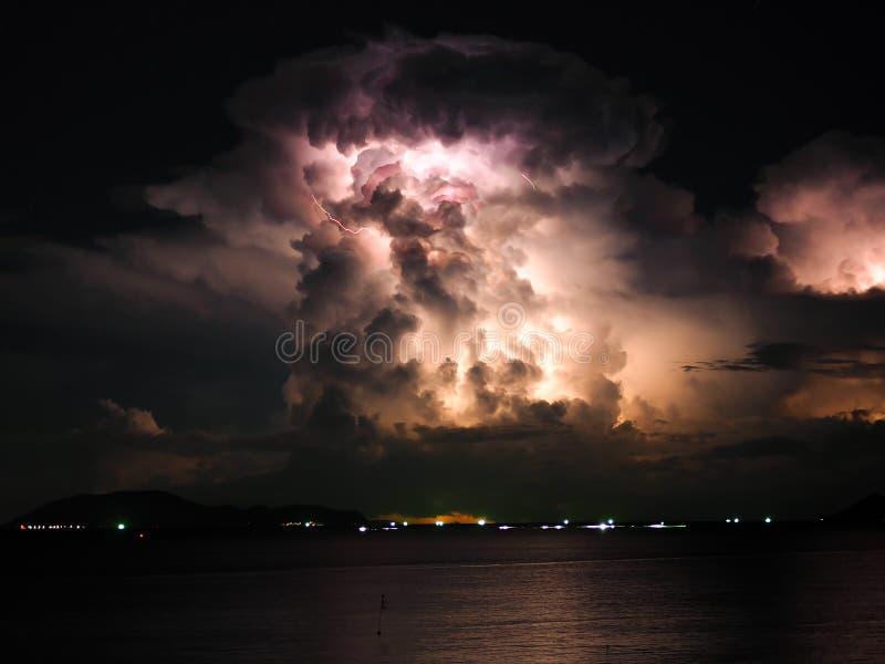 Облако шторма молнии на море стоковое изображение rf