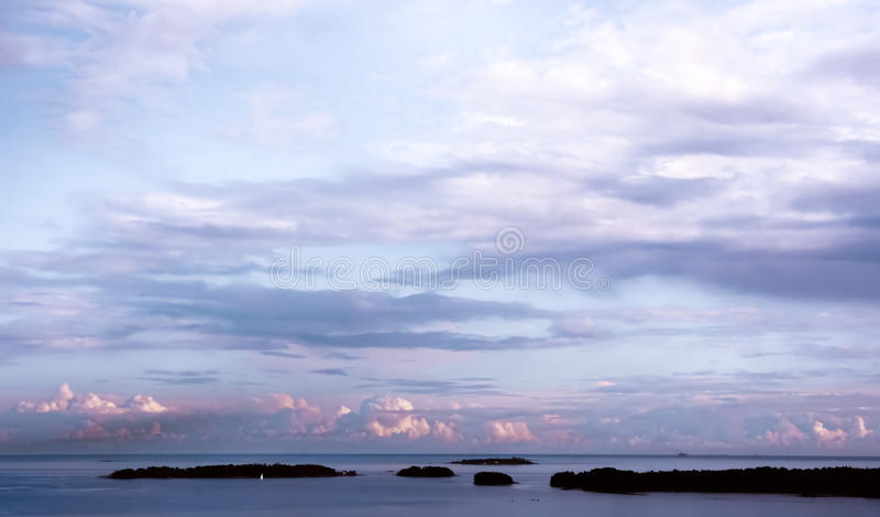 Облачные небеса Балтийского моря от Espoo, Финляндии стоковая фотография rf