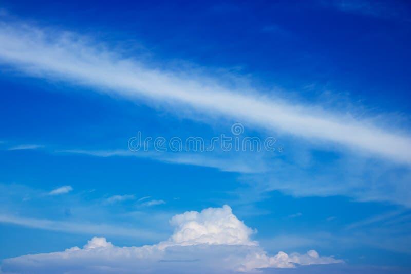 Облачные небеса с расслабляющим праздником стоковые изображения